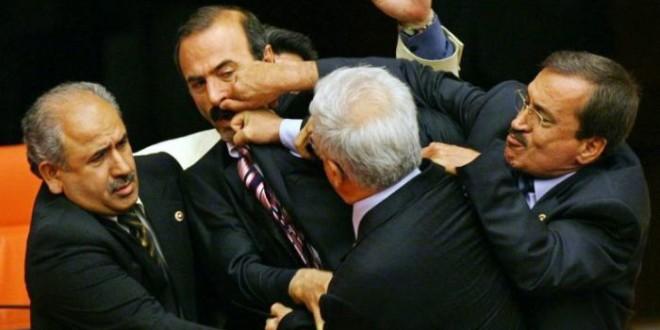 politici-litigano-n01